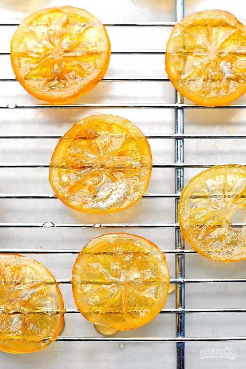 Выложите дольки на решетку  и подсушите в духовке. Цукаты готовы.