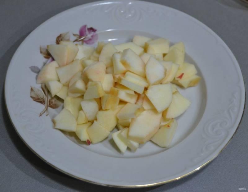 Нарежьте яблоки на небольшие кусочки.