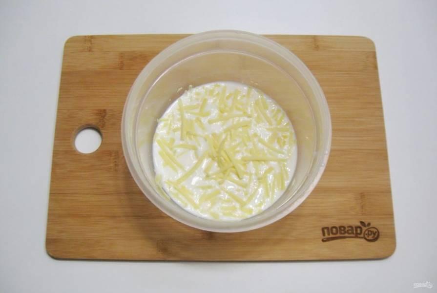 В кастрюльку или миску налейте молоко со сливками. Натрите половину сыра. Немного посолите. Можно добавить черный молотый перец, мускатный орех. Доведите до кипения, помешивая. Сыр должен раствориться.