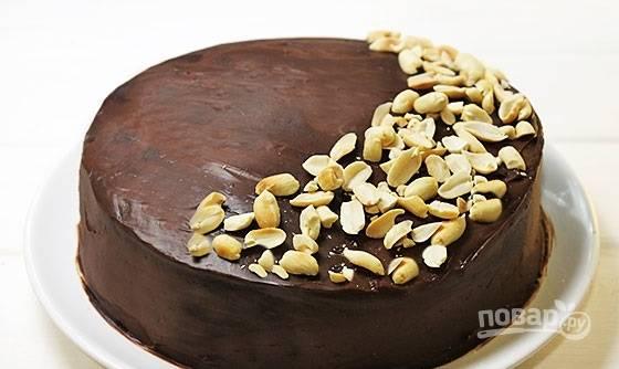 22. И по желанию украсьте орешками. Вот такая красота! Перед подачей ему нужно дать настояться, чтобы тортик хорошо пропитался.  Приятного чаепития.