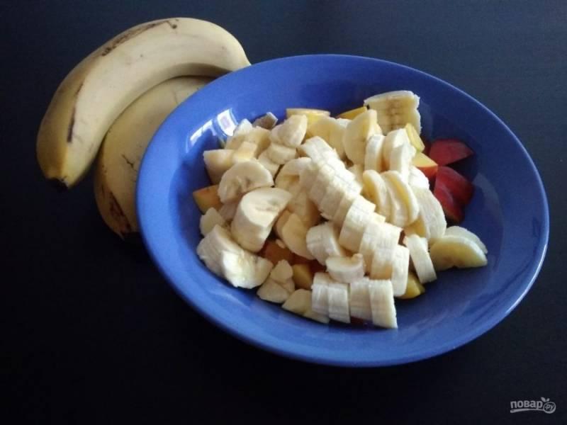 3. Так же нарежьте банан.