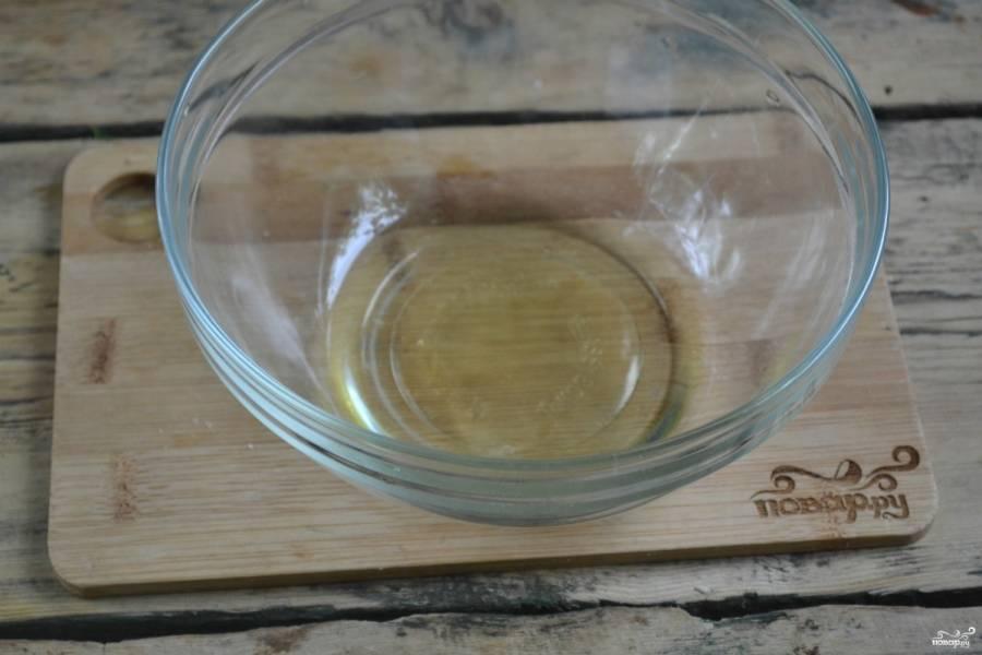 Отделите белок от желтка, поместите его обязательно в чистую сухую миску. Обратите внимание, что белок должен быть охлажденным.