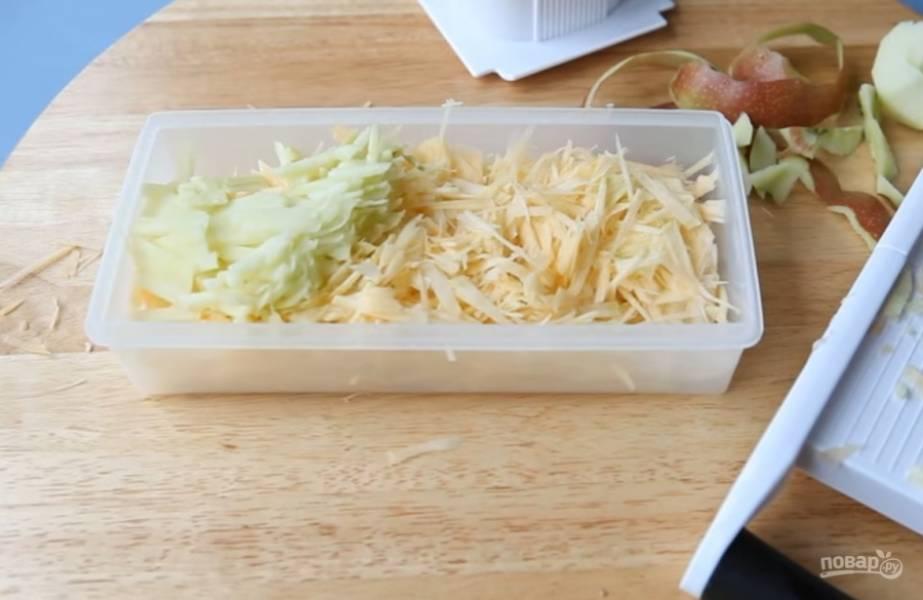 3.Добавьте одно кисло-сладкое яблоко, очистите его от кожуры и натрите его на той же терке.