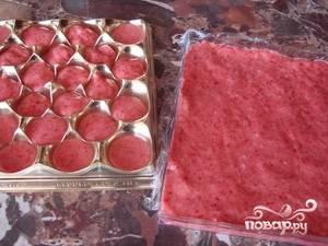 Готовый мармелад разлить по формочкам или на противень, покрытый пищевой пленкой. Убрать в холодильник до застывания.