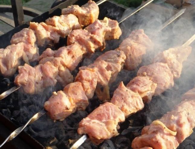 Затем нанизайте мясо на шампура и обжарьте до готовности.