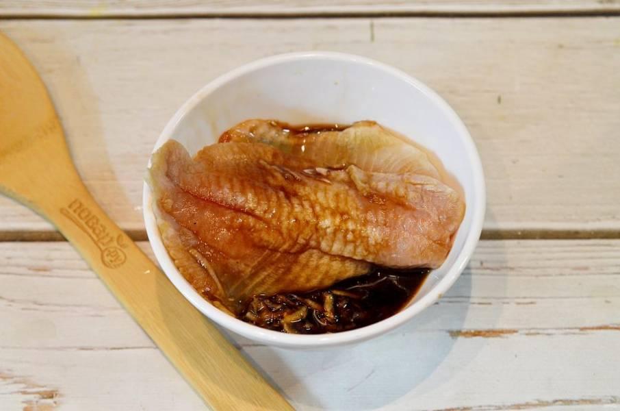 4. Положите кусочки рыбы в маринад и ставьте минимум на 30 минут.