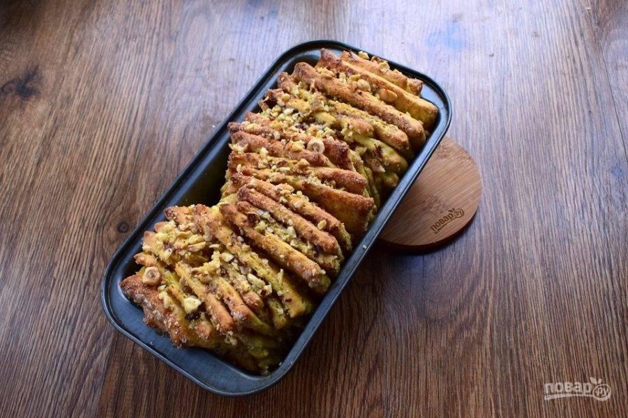Поставьте пирог запекаться в разогретую духовку на 40-45 минут. Затем остудите пирог немного в форме, затем — на решетке.