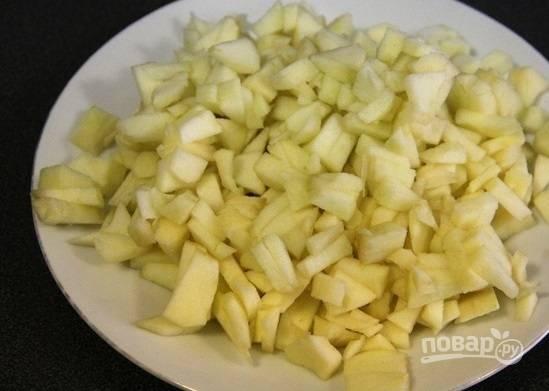 3. А пока мороженое застывает, можно заняться яблоками. Очистите их и нарежьте тонкими пластинками, удалив сердцевину.