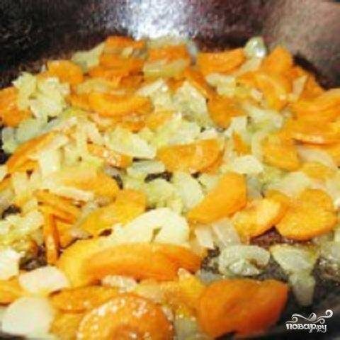 1.Из мясного бульона суп, конечно, получится более вкусный. Но если на этот момент дома не оказалось мяса, ничего страшного. Из овощного бульона щи из щавеля получаются тоже вкусными. Так что, если есть мясо, варим бульон. Лук и морковь нужно промыть, почистить.  Нарезать их полукольцами. Разогреть на сковороде растительное масло и обжарить овощи.