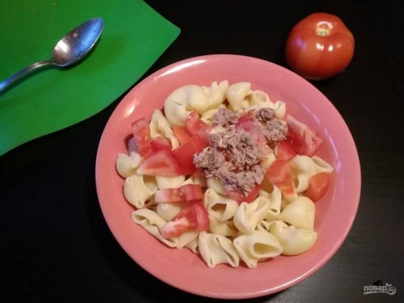 3. К макаронам добавьте помидор и тунец вместе с маслом из банки.
