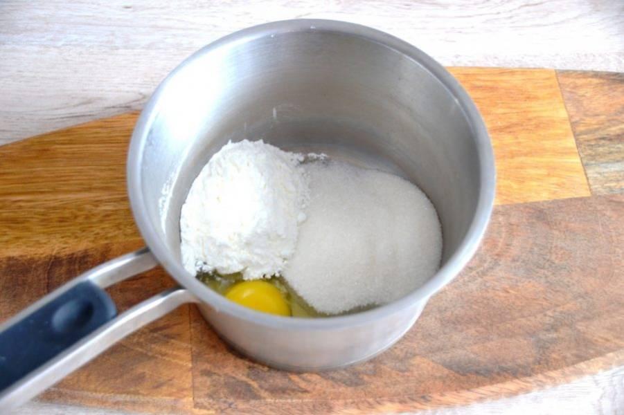 В сотейнике смешайте яйцо, крахмал, ванильный сахар, 100 грамм сахара.