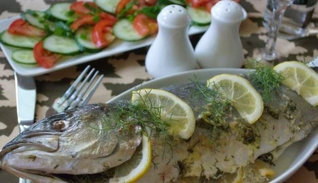 6. За 10 минут до готовности рыбы разверните фольгу и дайте ей подрумяниться. Подавать рыбку лучше на листьях салата или вместе со свежими овощами.