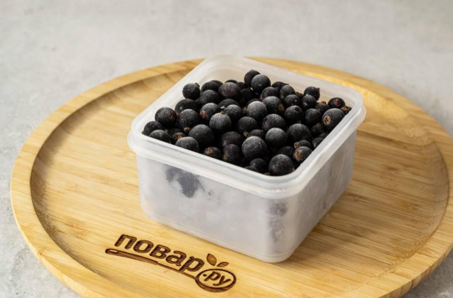 Затем переложите ягоды в пакет или пищевой контейнер, где будете хранить ягоды. Снова уберите в морозилку на хранение.