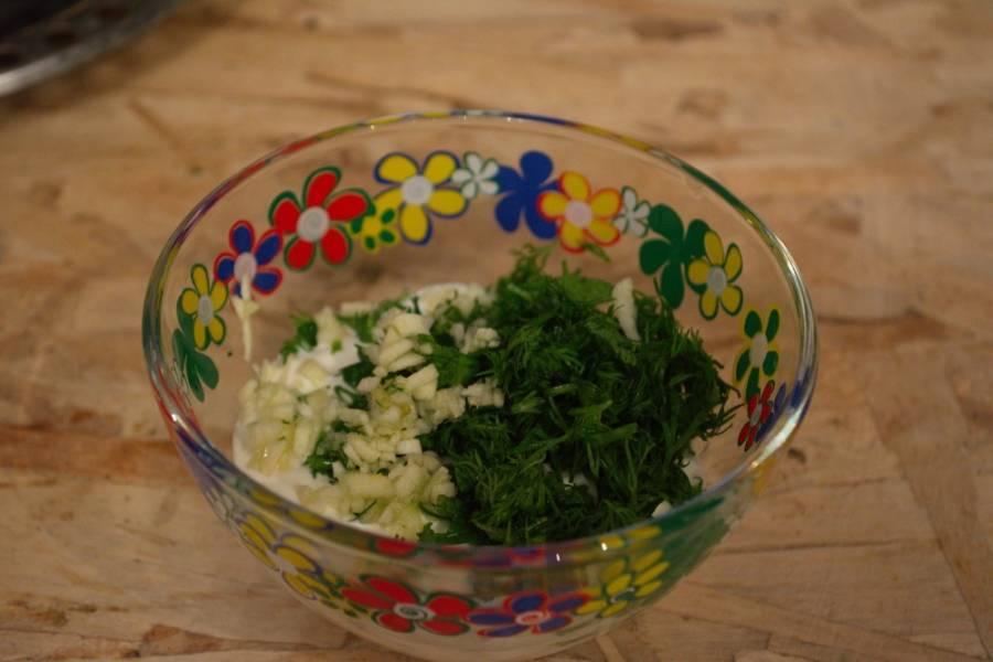 Пока борщ варится, сделаем сметанную заправку. В миску поместите сметану. Добавьте чеснок, выдавленный через пресс, и измельченную зелень. Перемешайте. Заправка готова. Такую заправку следует добавить в каждую тарелку по 1 ст. ложке, порционно.