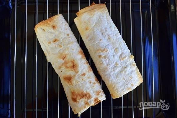 Прогрейте в духовке в течение 5 минут при 180 °C. На пикнике лаваш с начинкой из рагу можно приготовить на решетке-гриль.