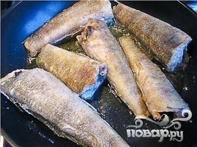 2.Каждый кусок рыбы обваливаем в муке и на разогретой сковороде в оливковом масле обжариваем.
