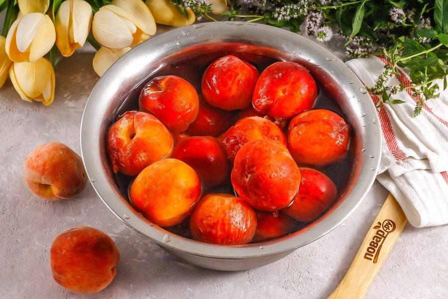 Персики выложите в глубокую емкость и залейте холодной водой. Тщательно промойте их поверхность и обсушите.