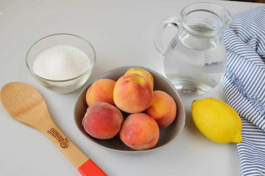 Подготовьте стерильные банки и крышки. Персики тщательно вымойте.