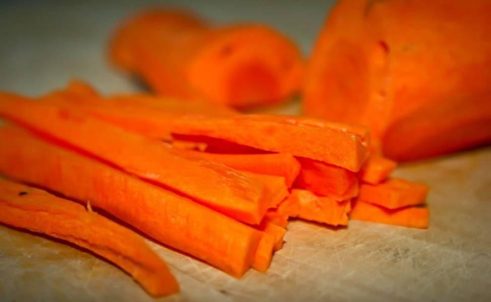 Готовим сначала бульон. Варим мясо, обязательно пенку не забывайте убирать. Пока варится бульон, режем овощи. Сначала морковку.