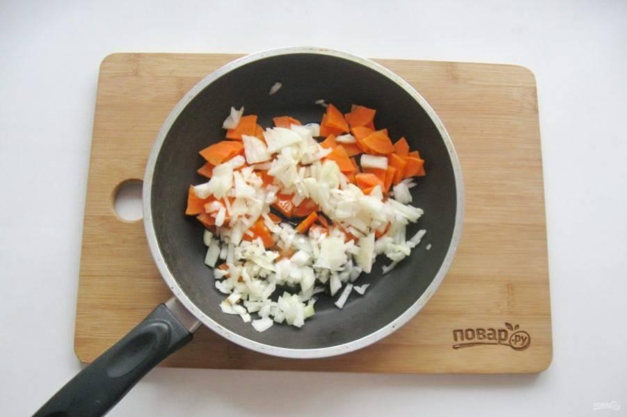 Морковь и репчатый лук очистите, помойте и мелко нарежьте. Выложите в сковороду с рафинированным подсолнечным маслом.