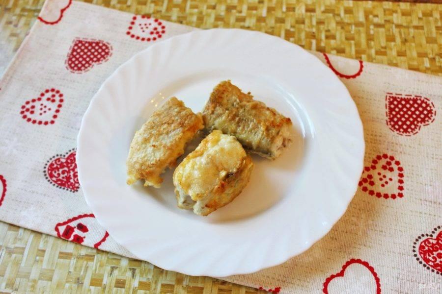 Несколько кусочков жареной рыбы выложите на тарелку.