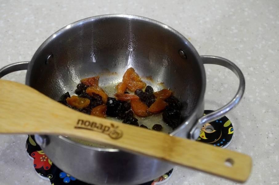 4. В сотейнике растопите масло и обжаривайте сухофрукты минут 5.