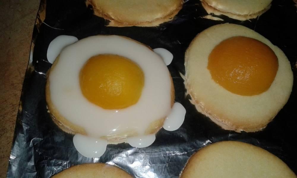 7. На центр печенья выложите половинку абрикоса срезом вниз. Используя ложечку, смажьте все оставшееся пространство печенька глазурью.
