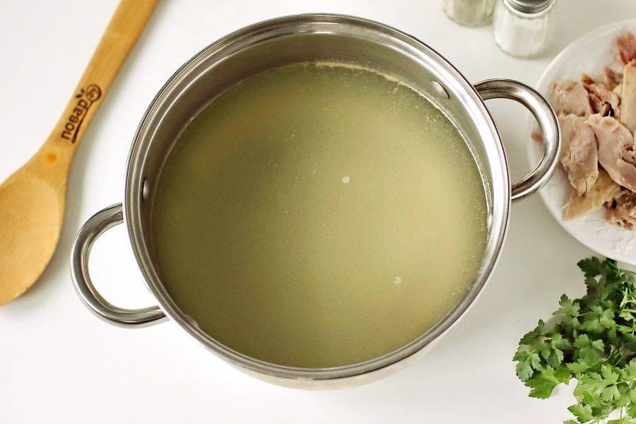 Готовый бульон процедите. Курицу достаньте и отделите мясо от костей. Добавьте в бульон соль, верните мясо и доведите до кипения.