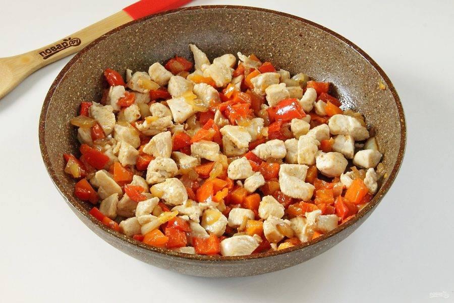 Верните куриное филе в сковороду. Перемешайте и снимите начинку с огня. Остудите.