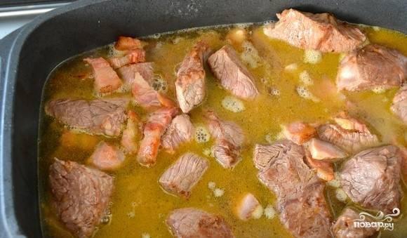 3.Пожарьте овощи (лук и морковь), при этом не забывайте периодически помешивать. К овощам переложите мясо с беконом. Посыпьте солью и перцем. Добавьте муку. Перемешайте. Немного прожарьте.