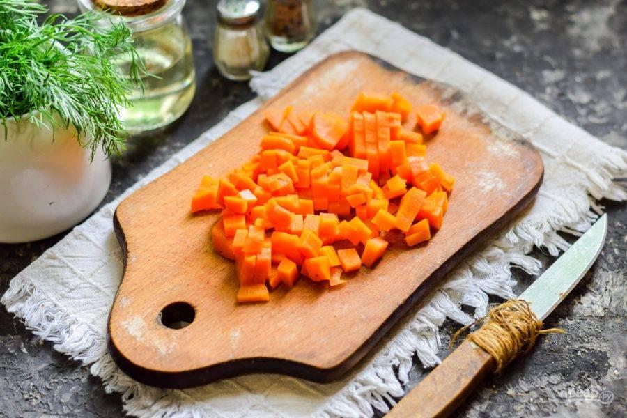 Морковь отварите до готовности и почистите. Нарежьте остывшую морковь небольшими кубиками.