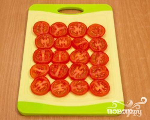 2.Промываем помидоры и нарезаем их кружочками, крупные помидоры можно нарезать полукружочками.