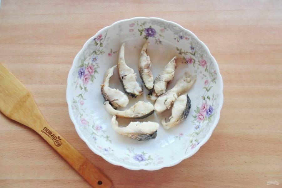 Кусочки пеленгаса разделите на две части, удаляя косточки. Выложите на блюдо.