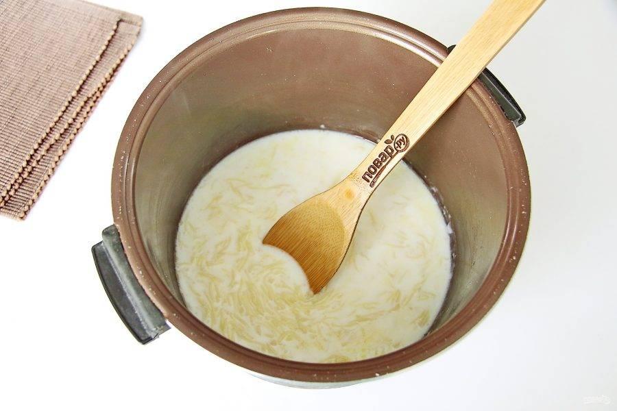 Доведите вермишель до кипения, закройте крышку и оставьте на подогреве еще на 5 минут. Молочная лапша готова. По желанию можно добавить кусочек сливочного масла.