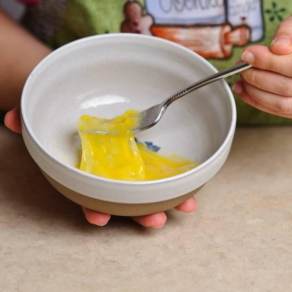 По истечении 20 минут, взбейте 1 яйцо с небольшим количеством воды.