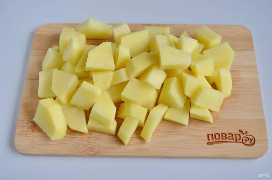 3. Картофель очистите, порежьте кубиками. Положите его в кипящий бульон.