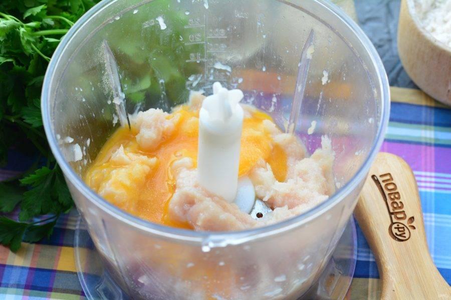 Вбейте куриное яйцо, добавьте соль, перекрутите, чтобы получился фарш.