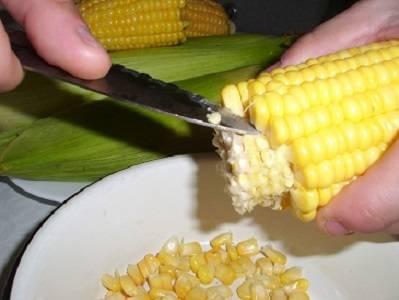 3. Остывшие и немного просушенные початки можно складывать в банку. При желании можно сделать кукурузу сразу зернами, по принципу той, которая продается в магазине. Для этого необходимо острым ножом срезать зерна.