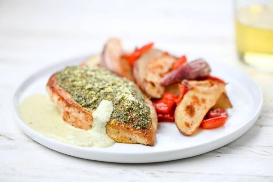 6. Подавайте куриную грудку с соусом и овощным гарниром. Приятного аппетита!