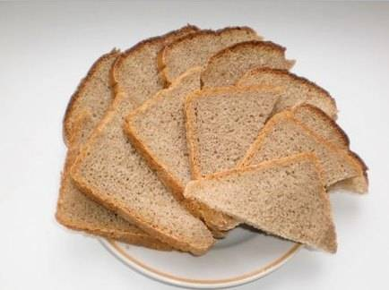 Нарезаем хлеб на кусочки, толщиной примерно 1 см. Обмазываем каждый из них с двух сторон растительным маслом.