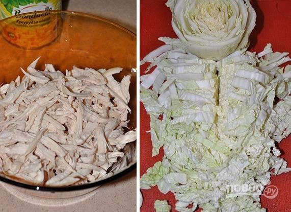 2. Итак, нарезаем куриное филе и капусту соломкой. Отправляем в емкость, в которой будем смешивать салат.