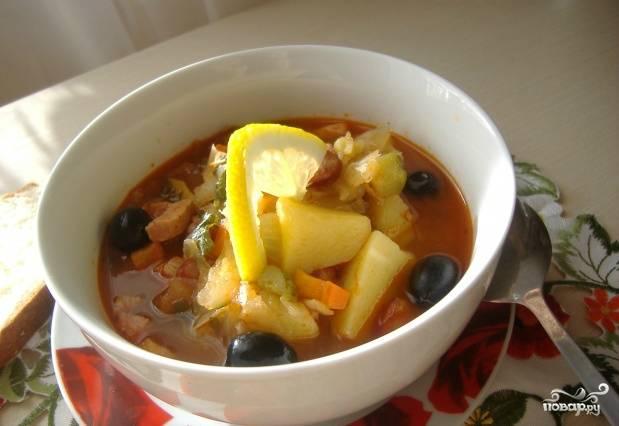Добавляем в кастрюлю бульон, овощи с мясом, перемешиваем. Варим еще 7 минут, пробуем на соль, при необходимости досаливаем. Как только суп закипит, накрываем его крышкой и даем настояться полчаса. Блюдо готово!