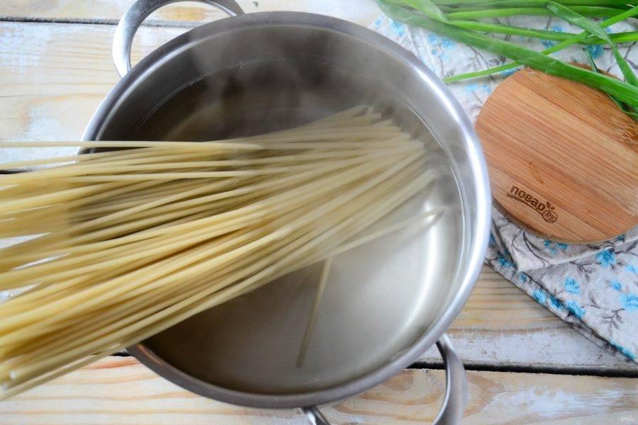 Спагетти отварите до готовности в подсоленной воде. Я беру толстые спагетти-трубочки, так корочка получится более плотной.