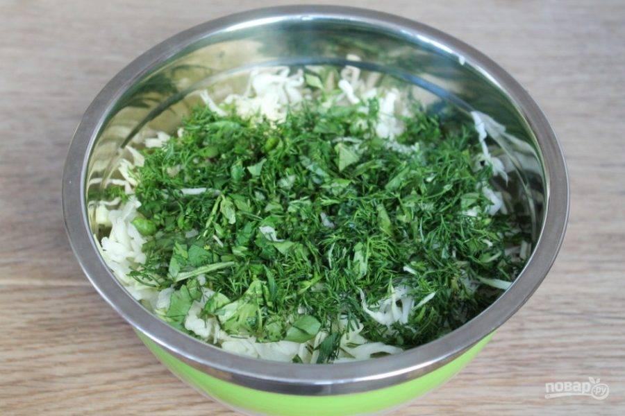 Укроп и базилик рубим мелко и добавляем в салат.