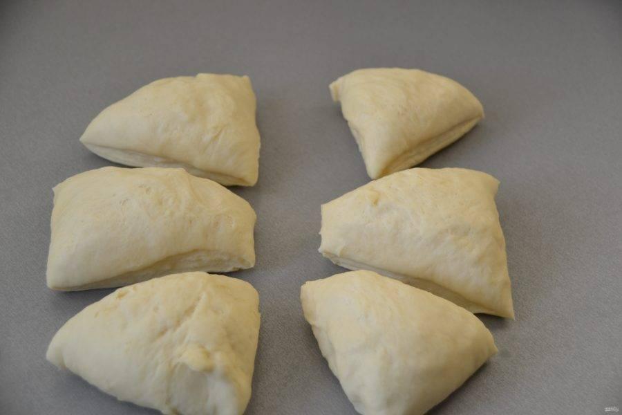 Этот объем теста рассчитан на шесть булочек, поэтому делим тесто на шесть равных кусочков.
