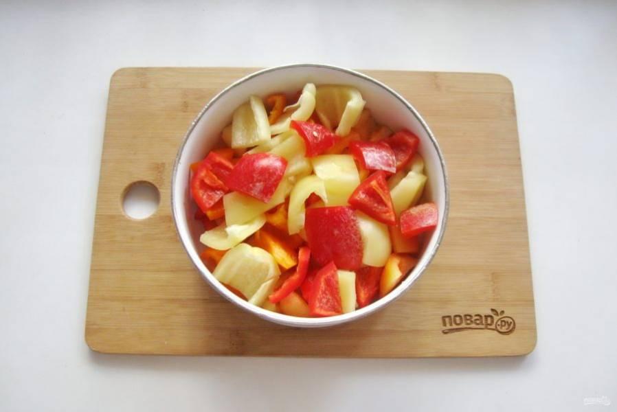Нарежьте болгарский перец небольшими ломтиками.
