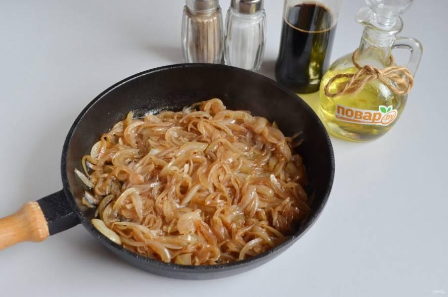 4. Когда лук будет готов, влейте пару ложек соевого соуса, протушите минутку и снимите лук.