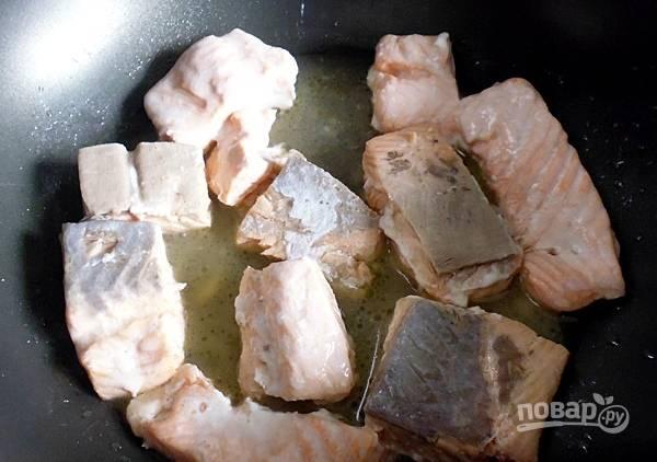 Филе порежьте на небольшие кусочки, обжарьте на растительном масле 12-15 минут, добавьте вино и выпарите алкоголь.
