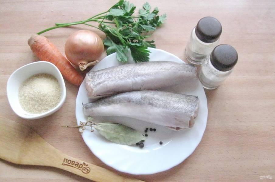 Подготовьте ингредиенты для приготовления заливного из хека.