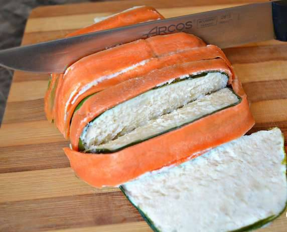 7. Суфле из формочки выкладывается по типу пасочки, после чего его можно нарезать порционно и красиво подать на блюде.